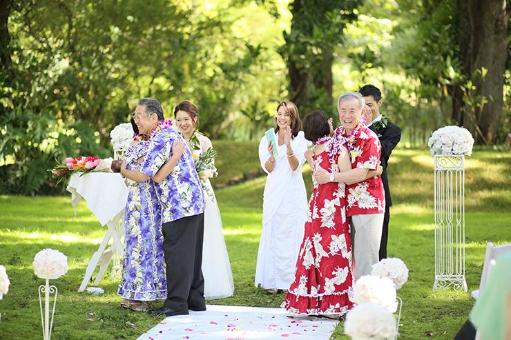 屋外でハワイらしい結婚式を実現