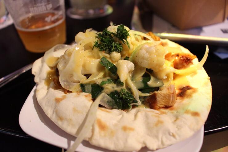 地中海グルメ「リトル・ラファ」では、ピタパンに具がのったフラットブレッドが選べます。