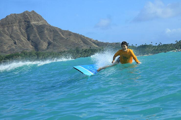 ワイキキビーチでドキドキの人生初サーフィン!【ワイキキ・ビーチ・サービス】