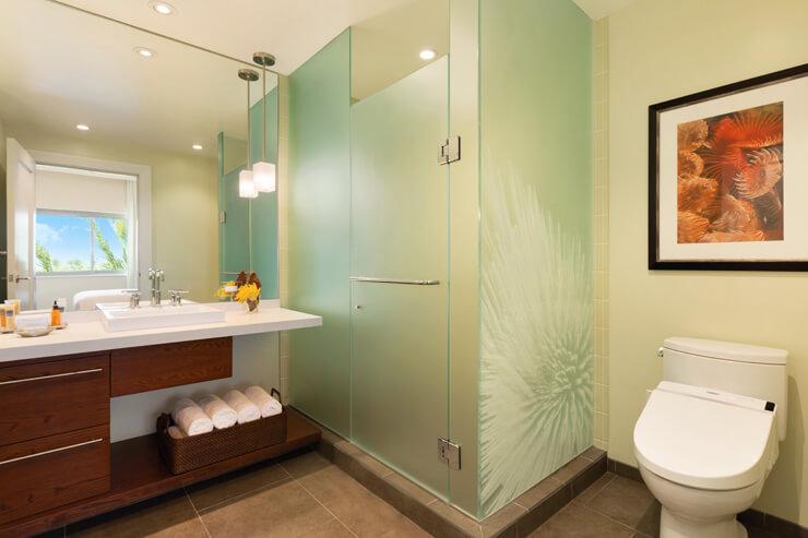 バスルームはシャワーとバスタブが別々でゆとりがあり。トイレは温水洗浄機付き