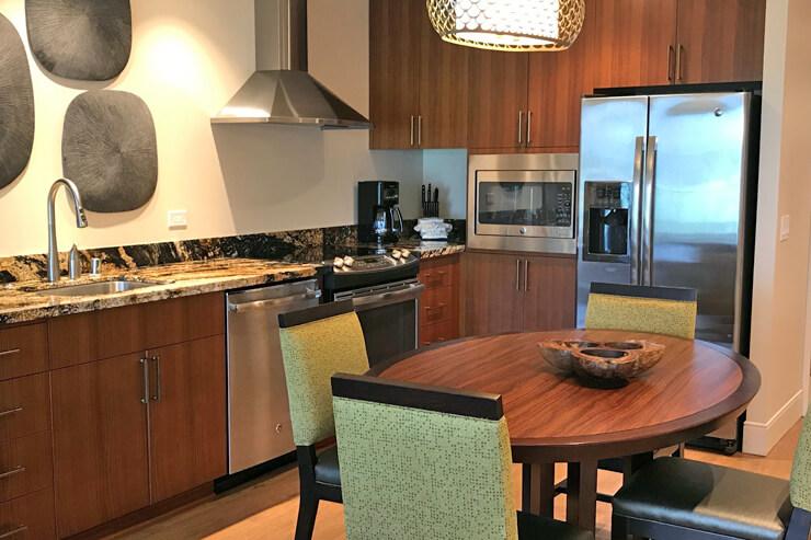 食器類から調理器具、炊飯器からオーブンや電子レンジなどもそろったフル装備のキッチン
