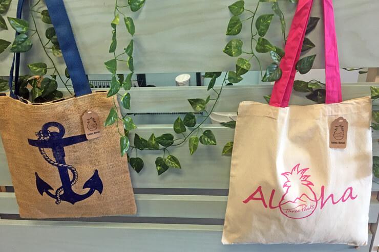 キャンパス生地のバッグは軽量で使いやすいのが魅力