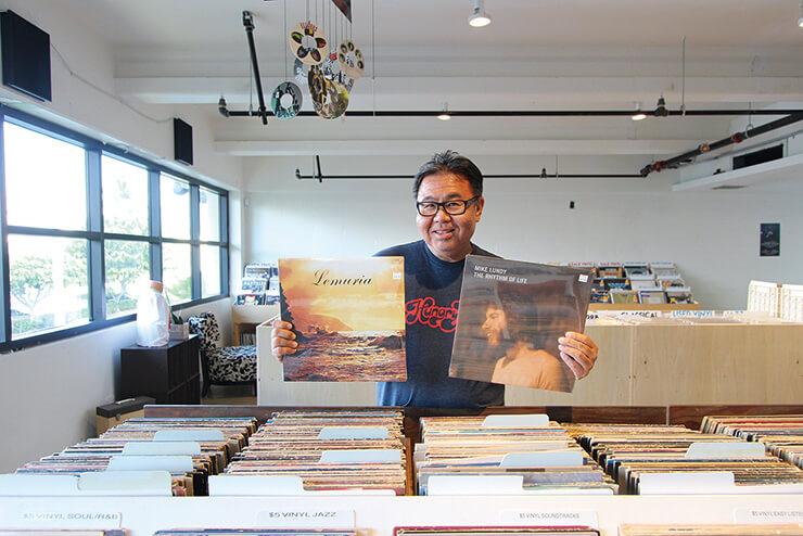 オールジャンルのレコードのほか、ターンテーブルやカセットテープなどもある音楽の宝庫。
