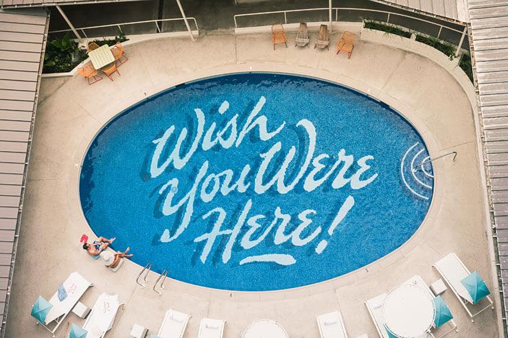 「君がここにいたらいいのに!」というメッセージが入ったプール