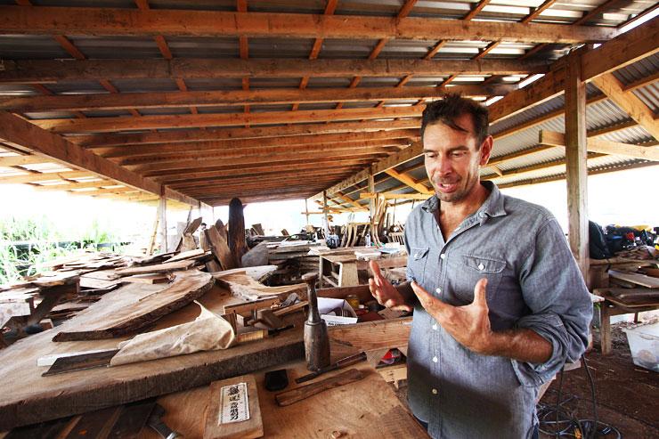 オアフ島唯一のソーミルで、木の声を聴く木工職人