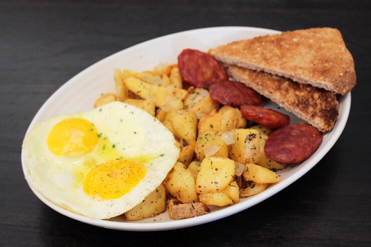 シンプル・アメリカン・ブレックファスト(卵とトースト、ローストポテト、ベーコンまたはソーセージ) $10