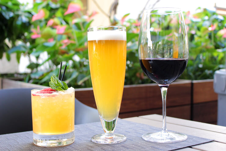 ワイアルアウィートの生ビール($4)、クラストロベリーリリコイダイキリ($6)、本日の赤ワイン($5)