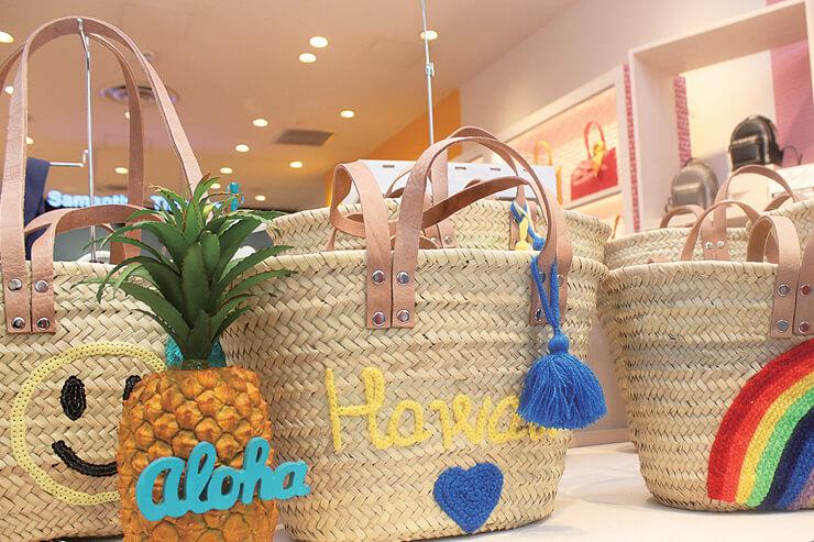 お洒落なカゴバッグはTALA HONOLULUおのコラボ。ヤシの葉で手作りされてるの!