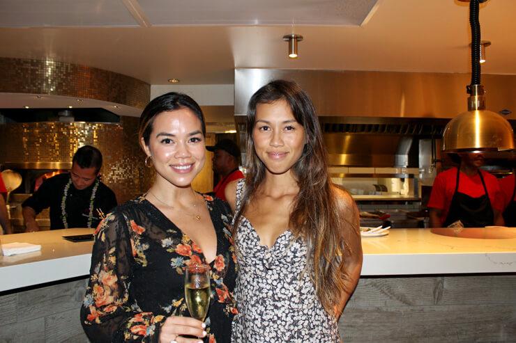カカアコの人気カフェ、ARVOのオーナーでモデルでもあるディクシーと妹さんも発見!