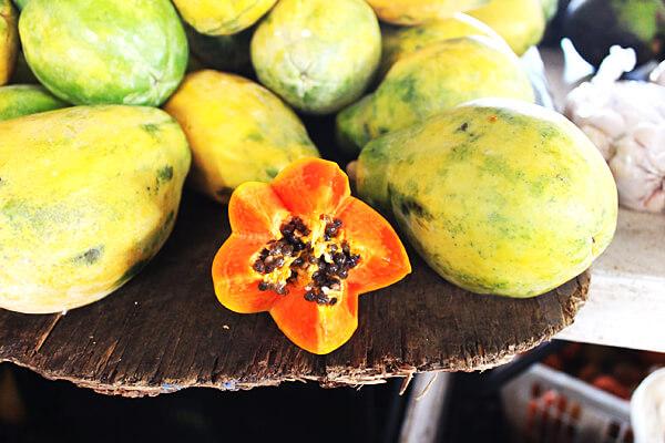 ヒロのファーマーズマーケットではフレッシュな野菜や果物がいっぱい。思わず撮った1枚です。