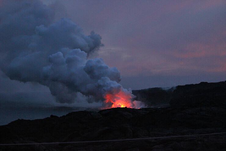 ハワイ島は大自然の息吹を感じさせてくれる場所。キラウエア火山のハレマウマウ火口にて。