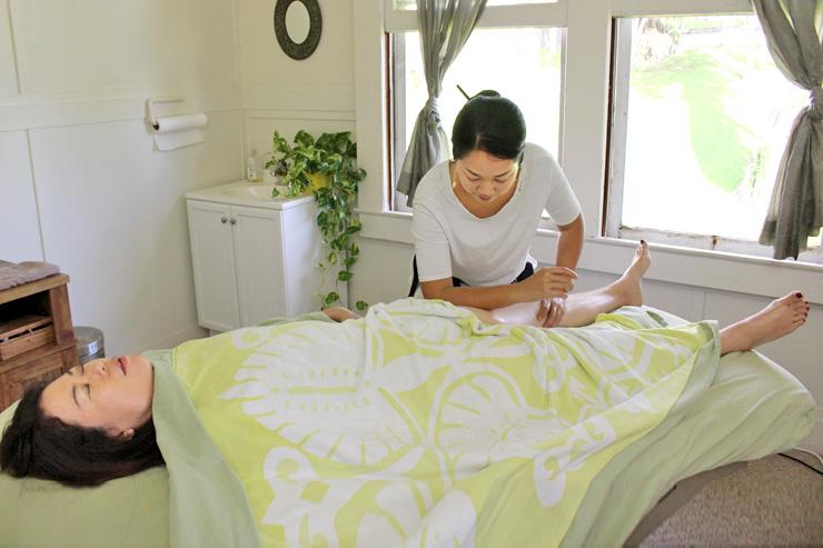ハワイ島ヒロの診療所でクムロミ直伝の技を体感