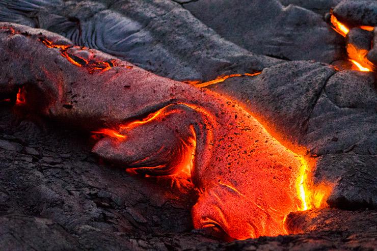 大地は生きている…流れる溶岩の間近へ