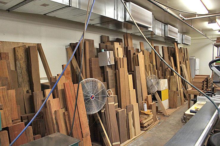 これからウクレレとなる、様々な種類の木材が置かれています。