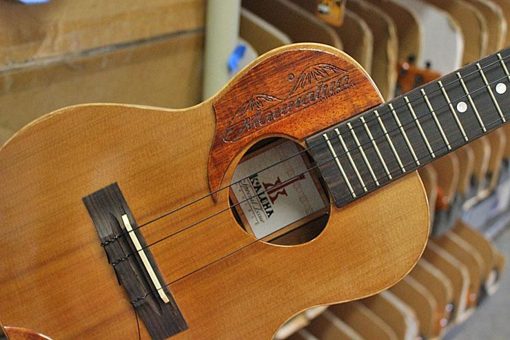 コアロハのウクレレは多くのミュージシャンに愛されています。こちらはあのマウナルア用モデル!