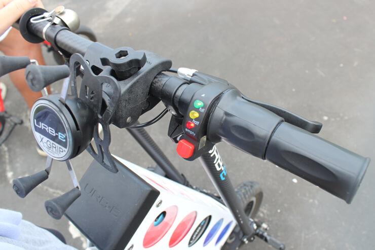 ②バッテリー量を示す赤・黄・緑のランプが点灯したことを確認し、右ハンドルに付いているスロットをゆっくり回します。