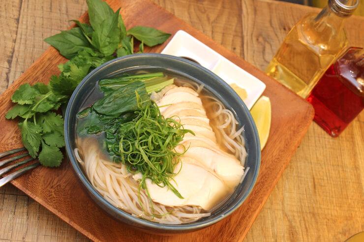 尾辻ファームの小松菜からインスピレーションを得て完成したフォーはヘブンリー・アイランド・ライフスタイルで提供中