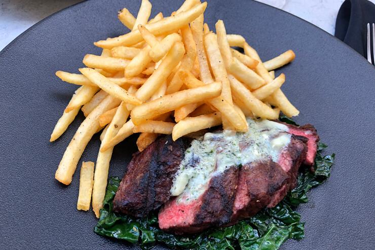 ブルーチーズバターをのせた腹身ステーキのグリル「ステーキ&フリッツ」