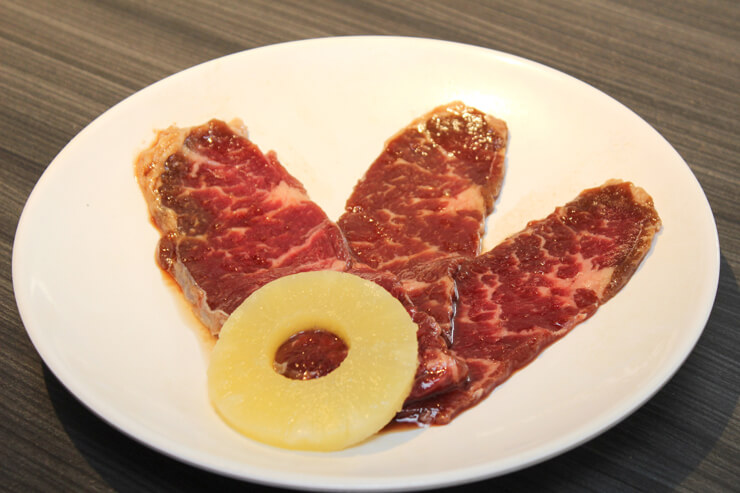 甘めのタレが染み込んだ柔らかい「ハワイアン・ステーキ」