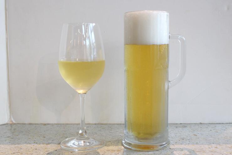 バドワイザー生 16オンス(右):$7→$3.50、 グラスワイン(左):$6