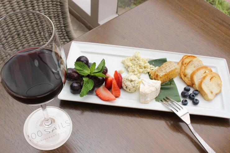 ハニーコンボ・チーズセット(右):$9、ドラフトワイン(左):$7