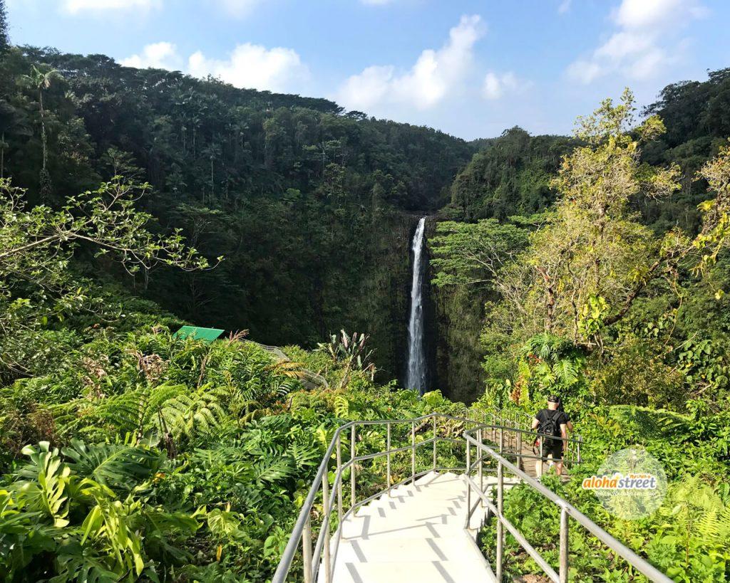 滝を目指して進むピカピカの遊歩道