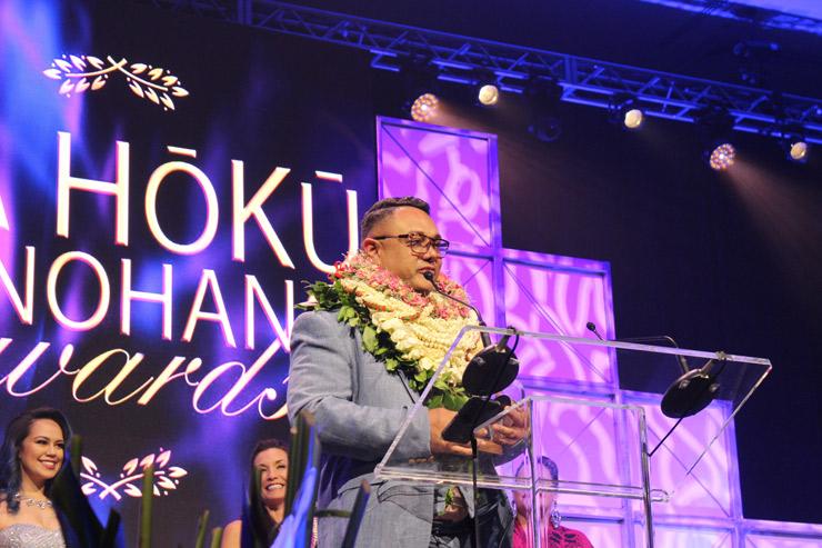最優秀男性ボーカリスト賞はカマカ・クコナ。