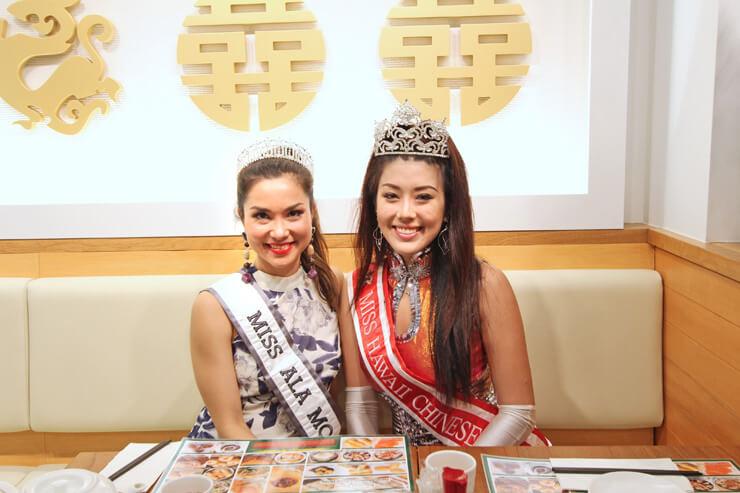 ミス・アラモアナ(左)とミス・ハワイ・チャイニーズ(右)。