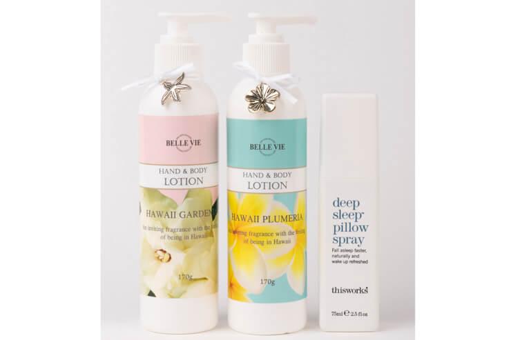 左:ハワイの香りを詰めこんだハンド&ボディローション(ガーデニア、プルメリア)各$18、  右:時差ボケに最適! シュッと枕にひと噴きするだけでリラックスできる「deep sleep pillow spray」$29