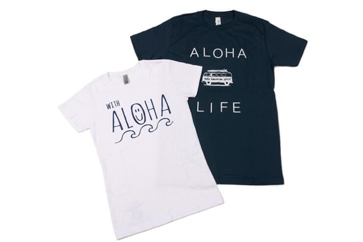 左から、ほどよいフィット感が好評のレディース用Tシャツ$32、メンズ用Tシャツ$32