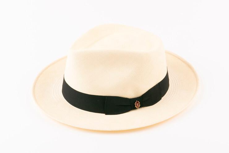 購入した帽子は、自分の頭のかたちに合わせて特別なスチーマーで調整してくれる