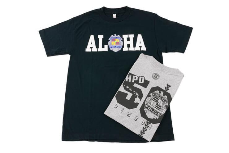 Tシャツ各$18。 売り上げはホノルル警察のメンバーのために寄付される