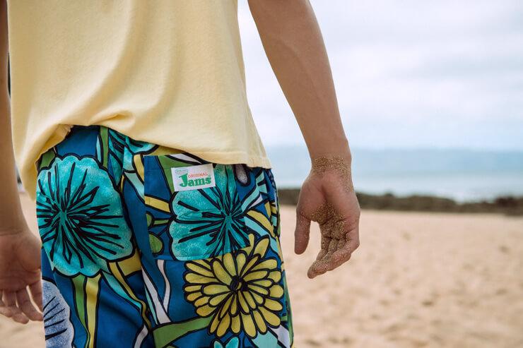 Tシャツやボードショーツなど、ハワイの海にマッチする色鮮やかなビーチウエアも多数そろう