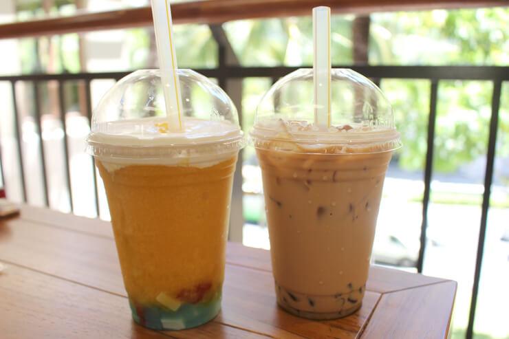 左:レインボーマンゴースラッシュ$6.25  右:シグネチャーアイスミルクティー$5.50