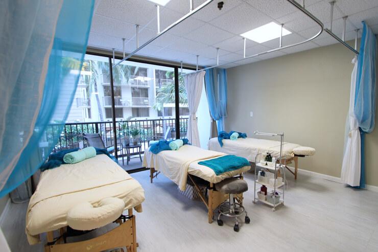 施術は同時に3人まで予約可能。カーテンの仕切りあり。