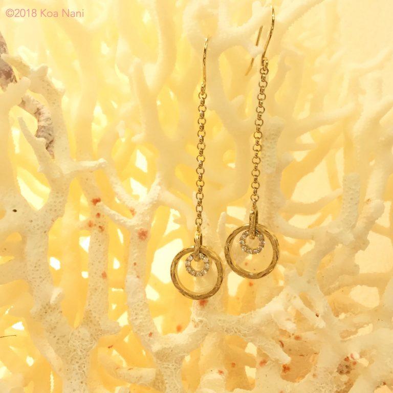 ダイアモンドがキラリと輝くゴールドサークルピアス
