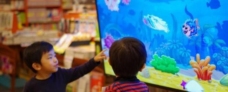 描いた魚がスクリーン上で泳ぐ!おさかなパラダイス