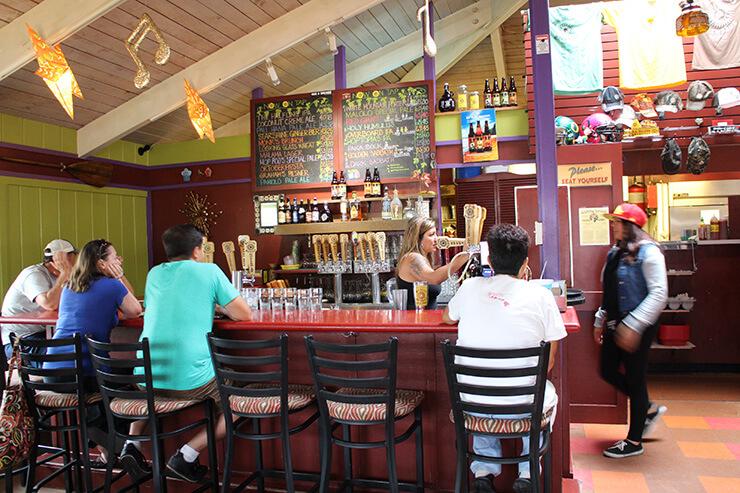 ハワイのクラフトビール ビッグアイランドブリューハウスのタップルーム内観