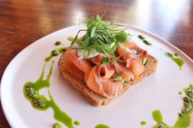 アボカドもたっぷりの、Smoked Salmon Toast。目にも美しい〜。