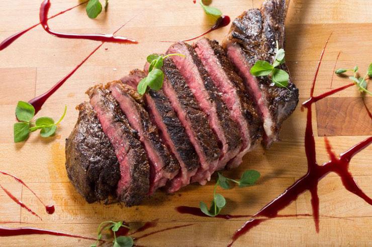 ストリップステーキ・ワイキキの肉厚ステーキ