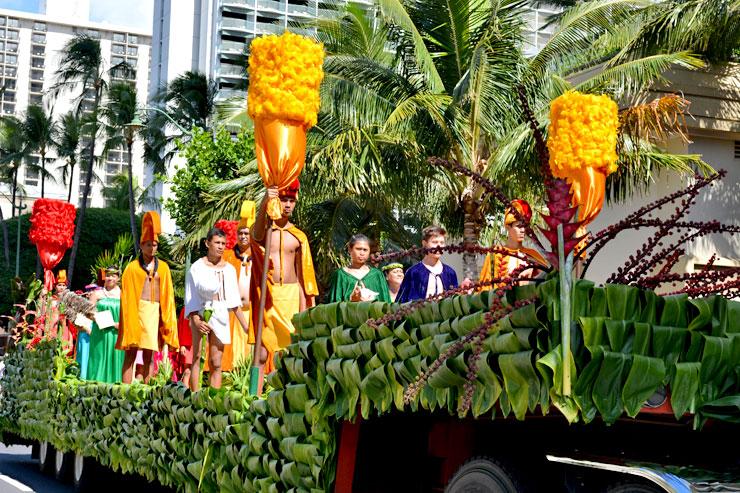 アロハ・フェスティバルのフローラル・パレードでは華やかな生花で飾られた山車などがパレードします。