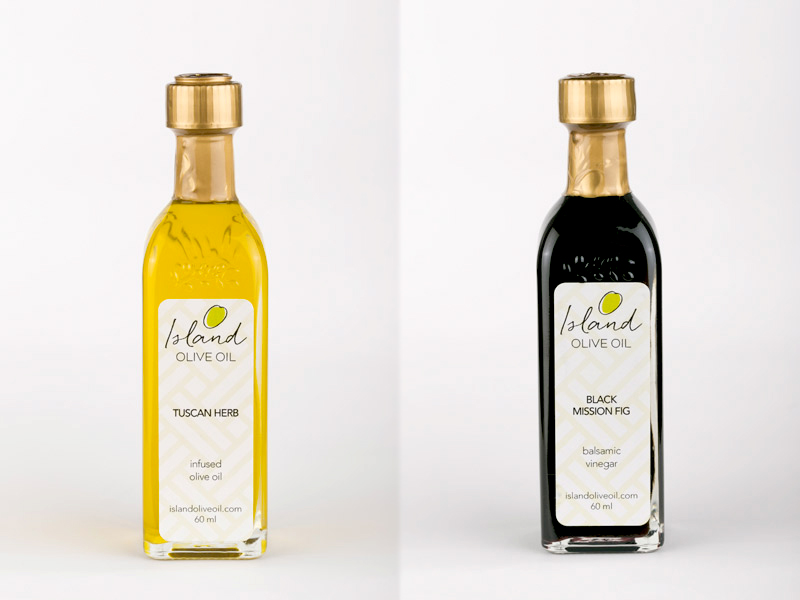 エキストラバージンオリーブオイル(左)とビネガー(右)(各$5.95)