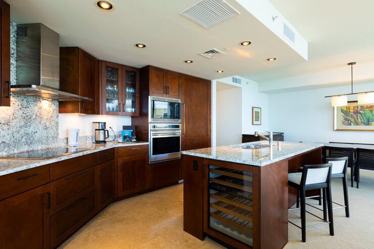 ワインセラーや食洗機を完備したキッチン