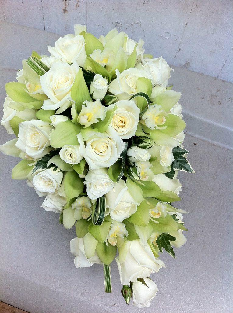白バラとシンビジウムのティアドロップブーケ