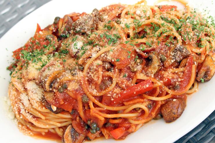 ベーコンと野菜の トマトパスタ