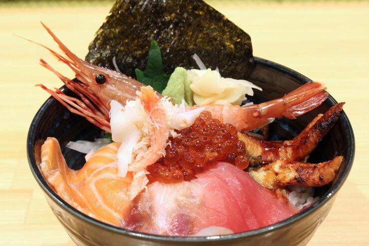 【ランチ限定メニュー】豪華こぼれ海鮮丼($27.95)