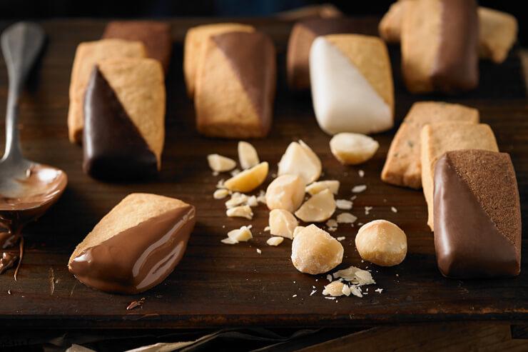 一枚ずつ手作業でディップされるショートブレッド・クッキー