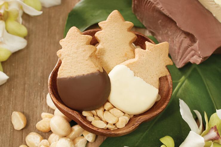 チョコレートのディッピングも手作業
