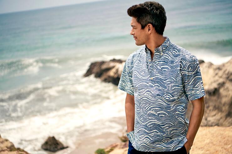 落ち着いた色合いの和柄が印象的なアロハシャツ
