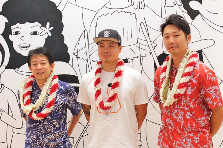 ユニクロハワイCEOの桑原尚郎氏(左)とアーティストのジャスパー・ウォン氏(中央)COOの棚橋右弥氏(右)